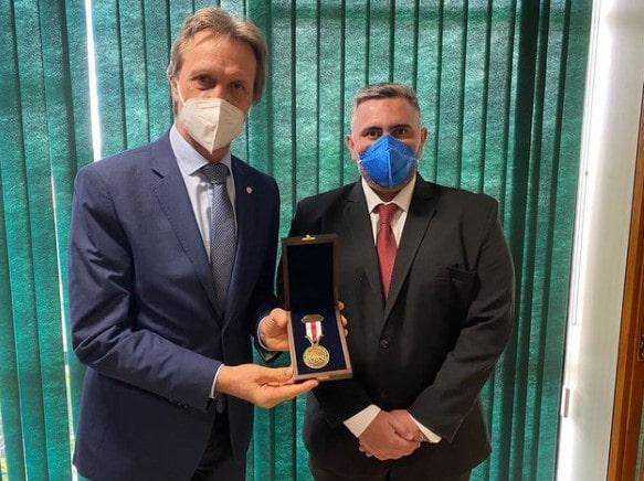 O deputado Pedro Uczai (PT) recebeu, em mãos, pelo diretor Victor Costa, a condecoração da Asef pelo esforço e luta contra a privatização da Eletrobras.